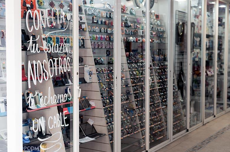 Acción de escaparatismo en los comercios del barrio de Torrero (Zaragoza)