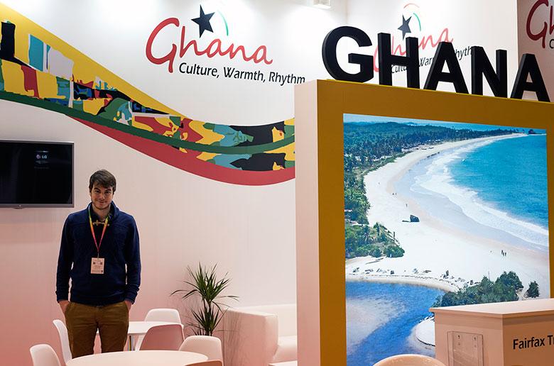 Sergio Otegui, bloguero en Nada Incluido, trabajando en el Stand de Ghana en la Feria Internacional de Turismo de Madrid (FITUR)
