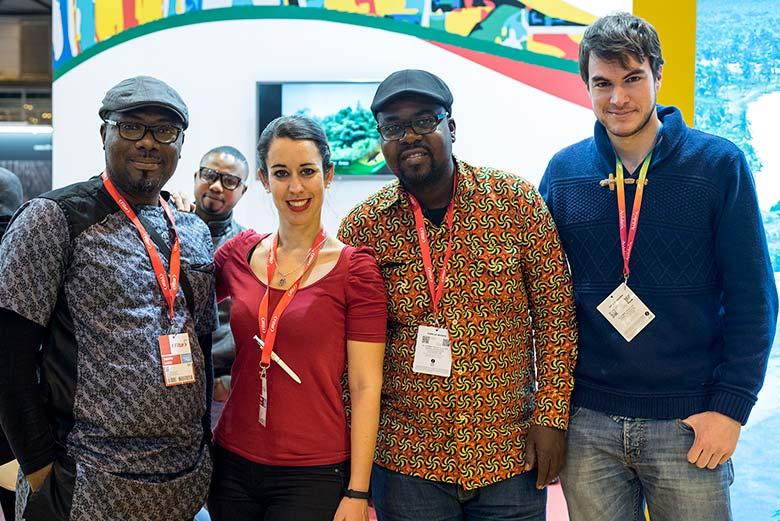 Los blogueros Cristina Lozano, Kojo Fabio y Sergio Otegui en el Stand de Ghana de FITUR 2017