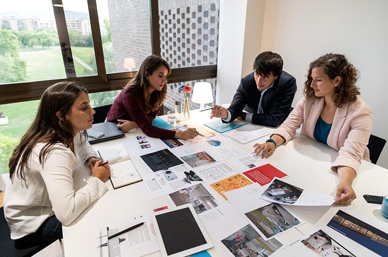 El equipo del estudio BIGD trabajando en la oficina (Pamplona)