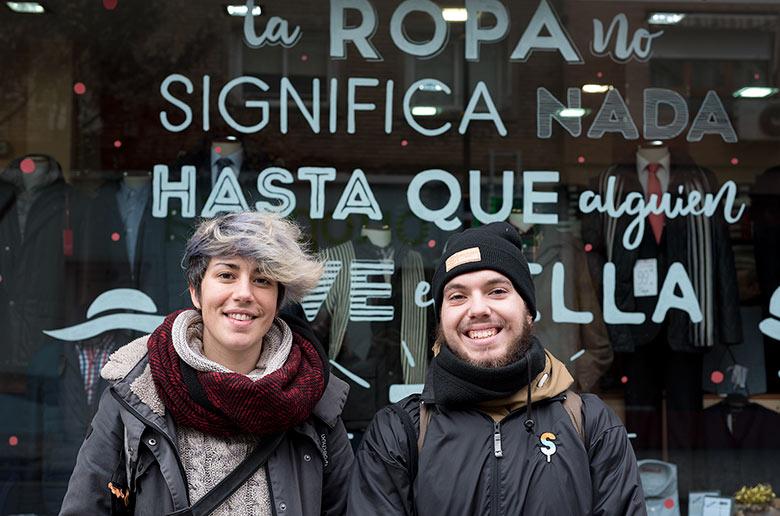 Parte del equipo de Recreando Estudio llevando a cabo una acción de escaparatismo en el barrio de Torrero (Zaragoza)