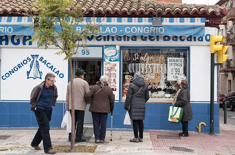 Acción de escaparatismo en la tienda Bacalao Azuaga, en Torrero (Zaragoza)