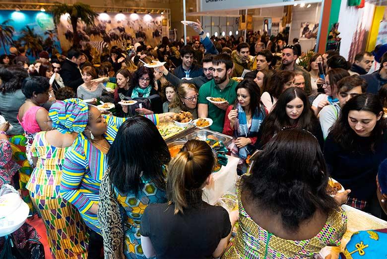 Repartiendo comida local en el Stand de Ghana en la Feria Internacional de Turismo de Madrid