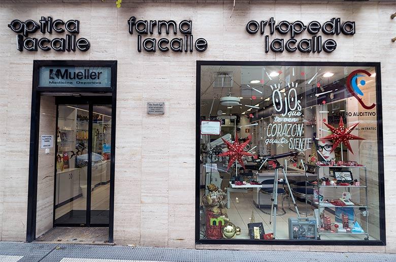 Reportaje de fotografías sobre una acción de escaparatismo en Óptica Lacalle, en el barrio zaragozano de Torrero